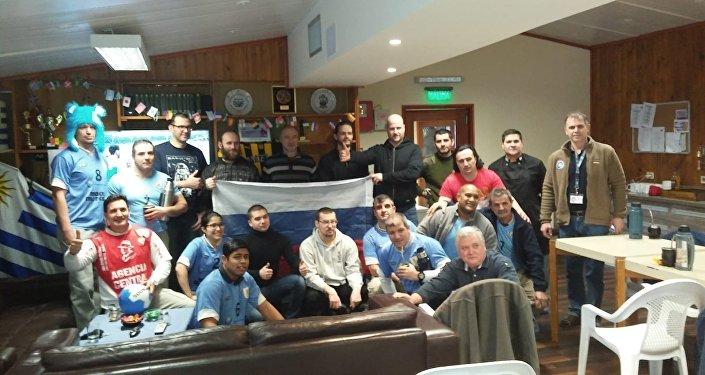 Rusos y uruguayos en la Base Antártica Artigas durante el partido Rusia-Uruguay
