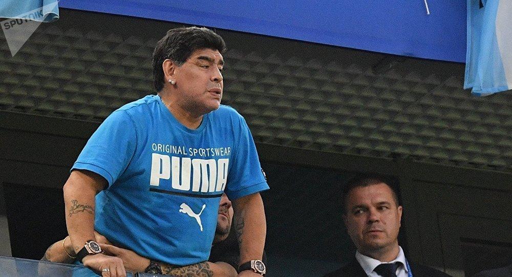 Exfutbolista argentino Diego Maradona mirando el partido Argentina-Nigeria  el 26 de junio 2018 en 46d5257d69a4e