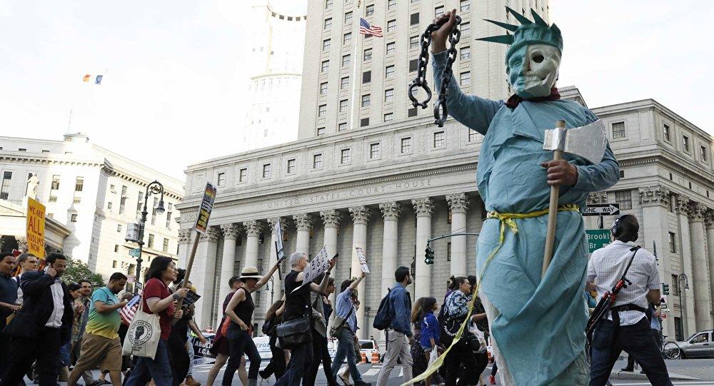 La gente protesta contra las políticas de inmigración del presidente de EEUU, Donald Trump, en la ciudad de Nueva York