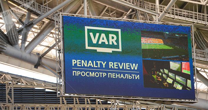 Una pantalla del VAR en Rusia 2018