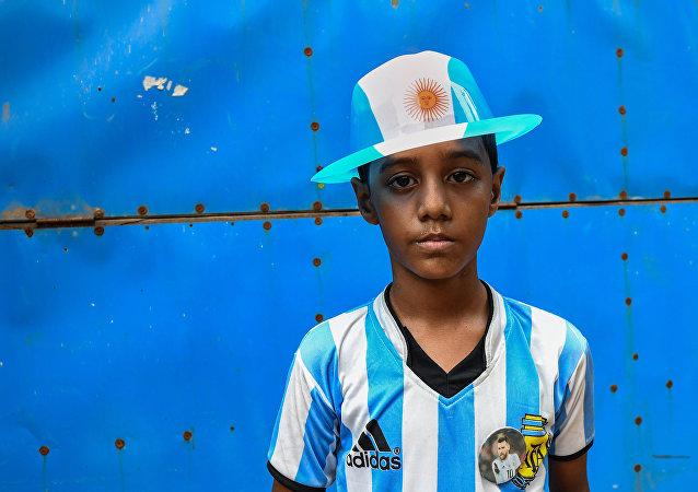 Niño bangladesí seguidor de la selección argentina