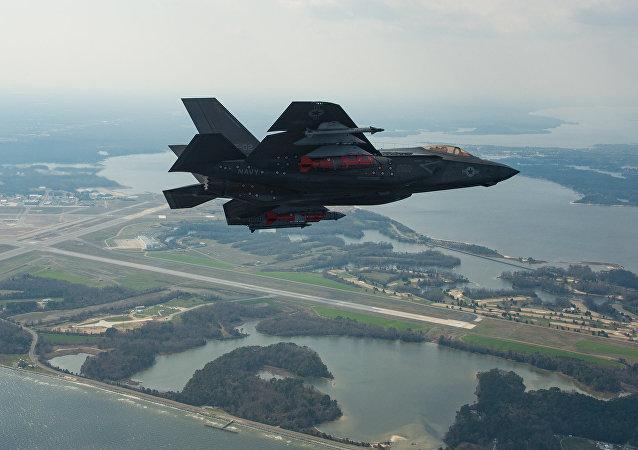 Un caza de quinta generación estadounidense F-35, de la modificacion para la Armada (F-35C), durante un vuelo