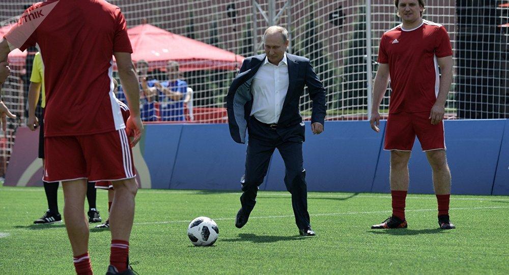 El presidente Vladímir Putin juega fútbol en la Plaza Roja