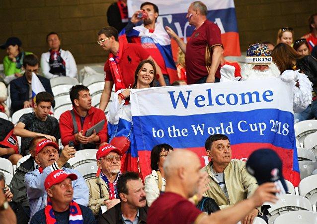 Hinchas con la bandera de Rusia y la inscripción: Bienvenidos al Mundial de Fútbol 2018