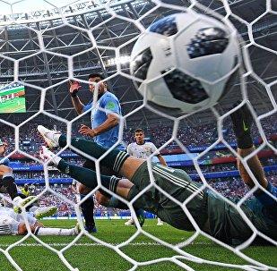 El jugador uruguayo Edinson Cavani anota un gol en la portaría del Ruso Ígor Akinfeev en la fase de grupos del Mundial de Rusia 2018