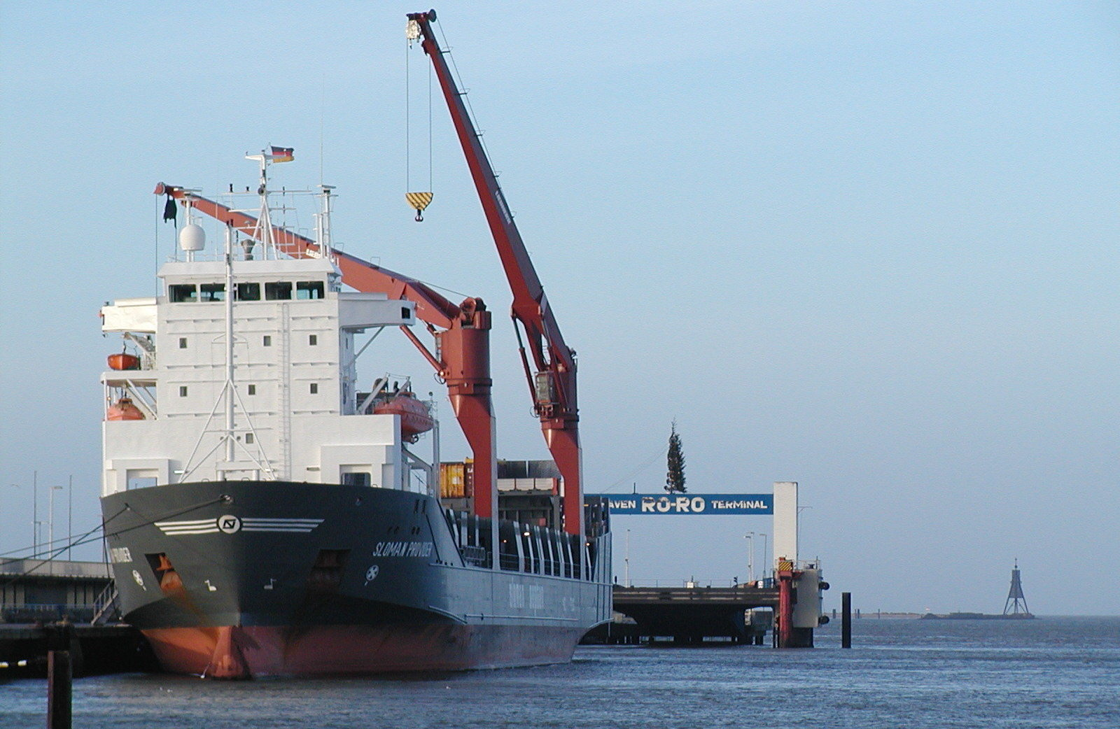 Un buque con grúas de carga