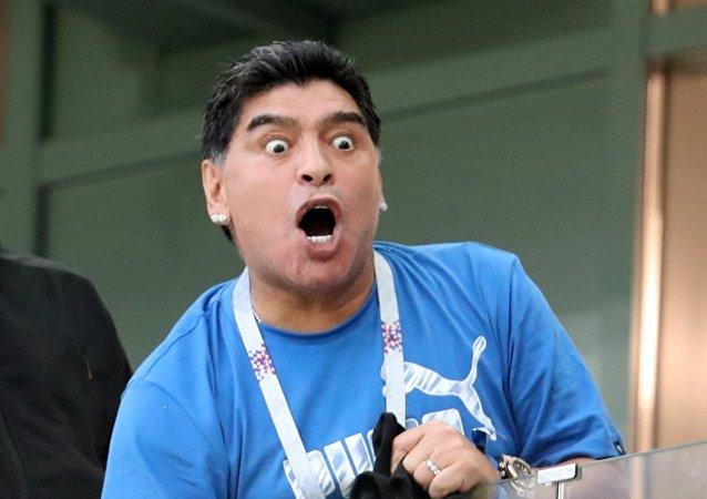 Exfutbolista argentino Diego Maradona mirando