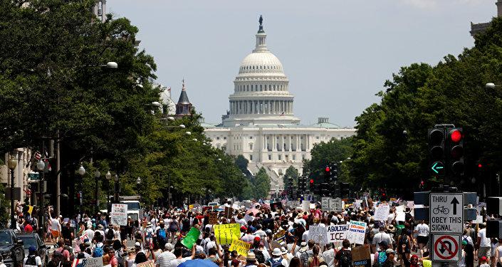 Manifestantes protestan en Washigton DC por el fin de la política migratoria de 'tolerancia cero' en EEUU implantada por el actual presidente del país, Donald Trump