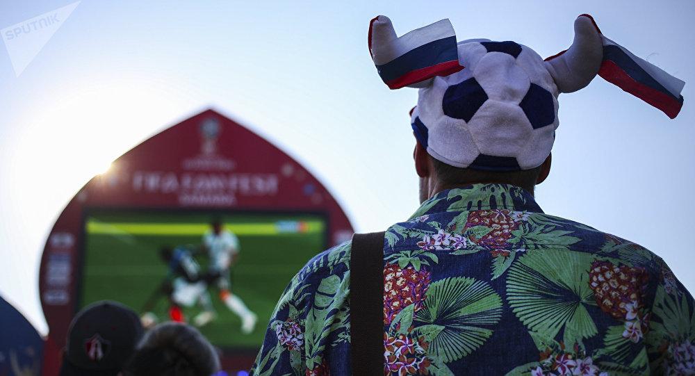 Un hincha, viendo el partido en fan zone