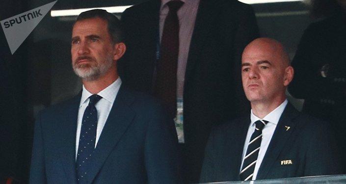 El rey de España Felipe y el presidente de la FIFA Gianni Infantino en el partido entre España y Rusia