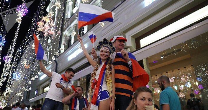 Болельщики празднуют победу сборной России