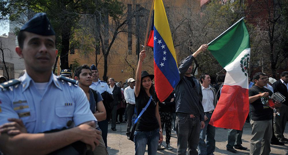 Banderas de Venezuela y México (archivo)