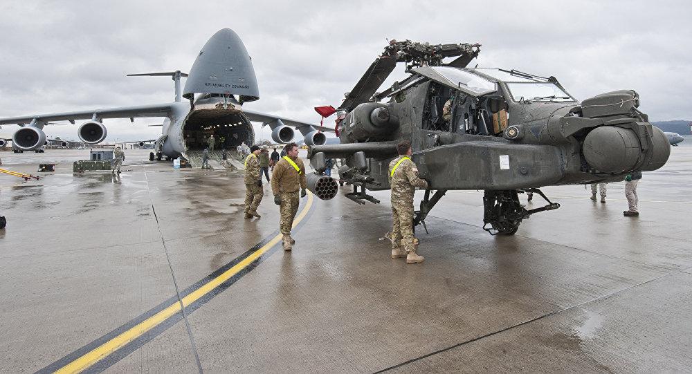 Un helicóptero Apache del Ejército de Estados Unidos en la pista de la Base Aérea en Ramstein