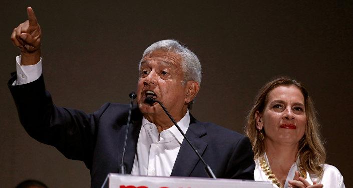 El presidente electo de México, Andrés Manuel López Obrador, junto a su esposa Beatriz Gutiérrez Muller.