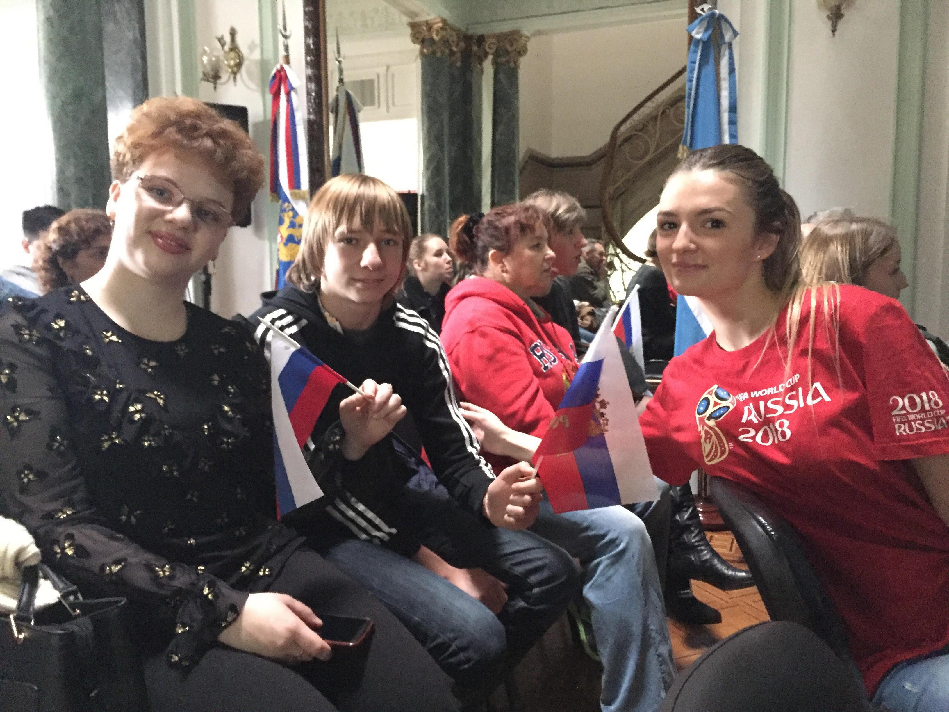 Integrantes de la comunidad rusa en Argentina se reúnen a ver el partido contra España en la Casa de Rusia
