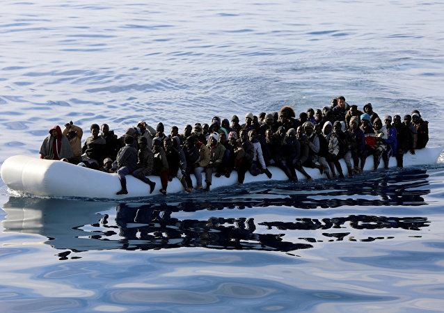 Los migrantes en el barco en el Mediterráneo