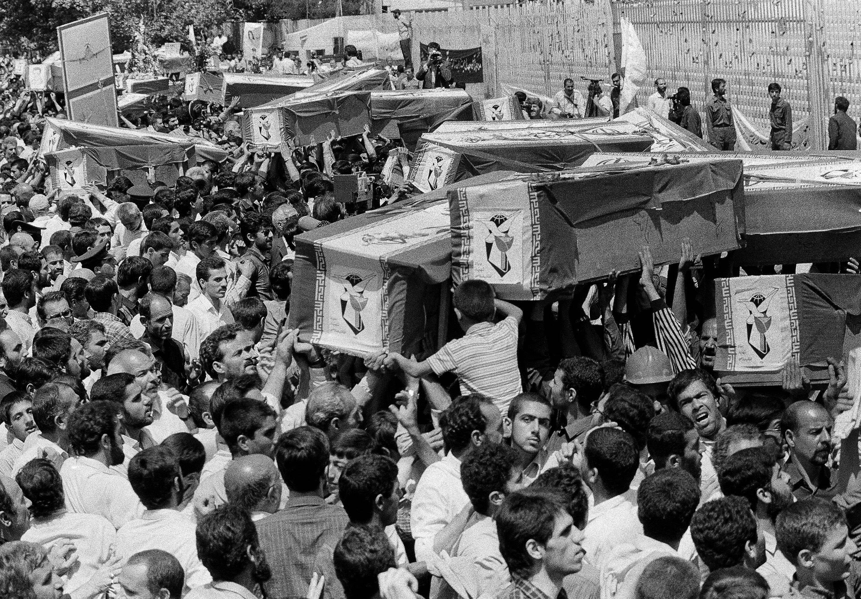 Los iraníes llevan ataúdes por las calles de Teherán durante un funeral masivo para las víctimas a bordo del Iran Air Flight 655