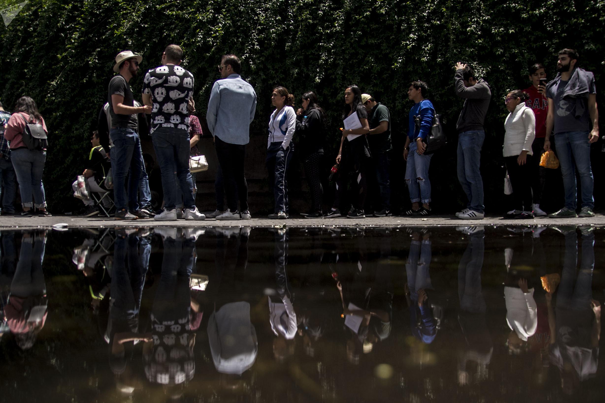 Jóvenes mexicanos aguardan para votar el 1 de julio en las elecciones presidenciales