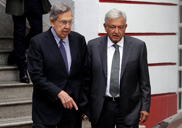 El fundador del Partido de la Revolución Democrática, Cuauhtémoc Cárdenas, junto al presidente electo de México, Andréz Manuel López Obrador