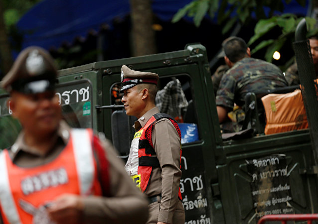 Policías y rescatistas de Tailandia