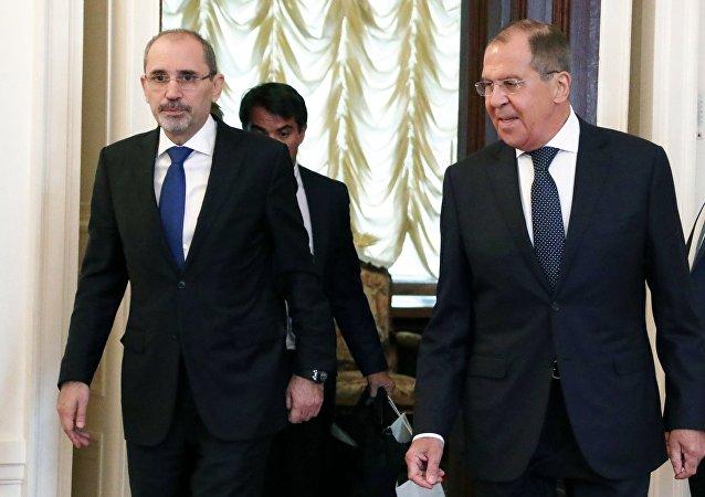 El Ministro de Asuntos Exteriores jordano, Ayman Safadi, y el canciller ruso, Serguéi Lavrov