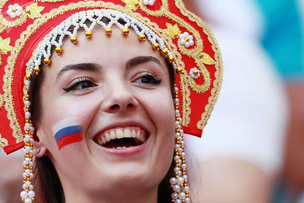 Los tradicionales 'kokóshnik' rusos conquistan a los hinchas del Mundial