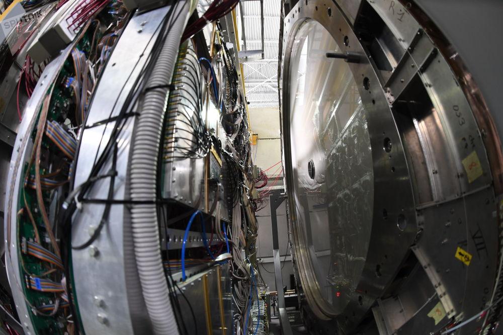 A la izquierda, el sistema de tiempo de vuelo ToF-700, a la derecha, una de las dos cámaras de deriva de la instalación BM@N
