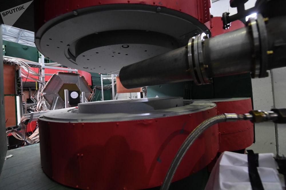 Un imán enfocador horizontal SP-57 y un conductor iónico BM@N