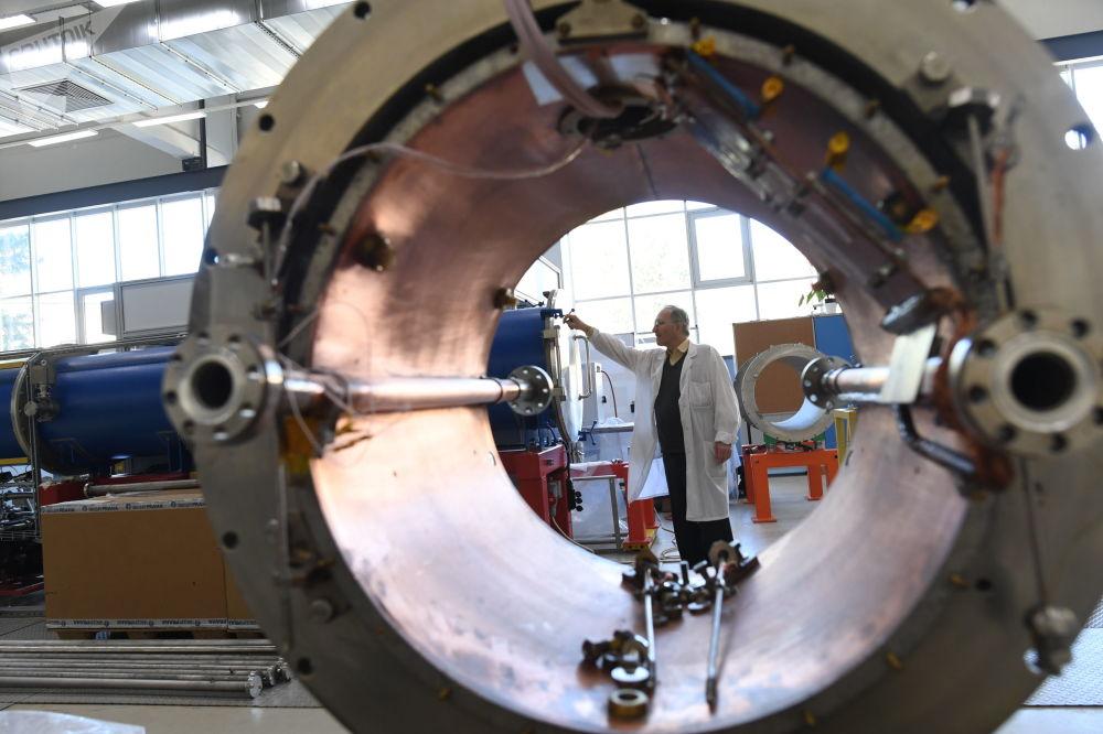 Un criostato del imán superconductor del tipo Nuclotrón