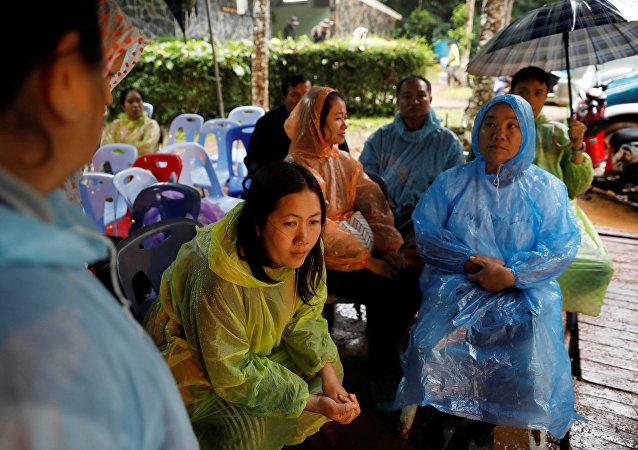 Los familiares esperan a sus hijos cerca de las cuevas de Tham Luang