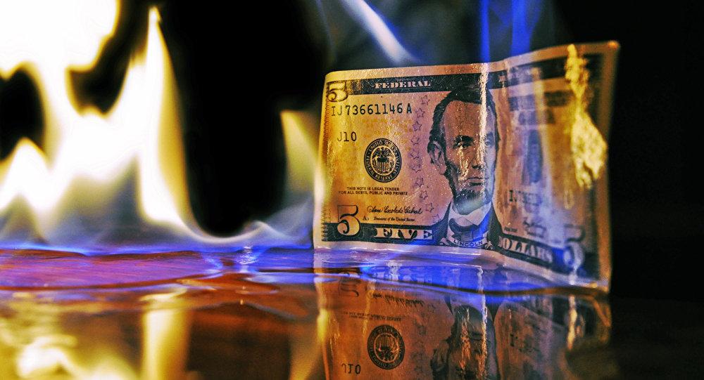 Un billete de dólar estadounidense en llamas