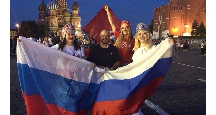 Dawits con hinchas rusas en la Plaza Roja