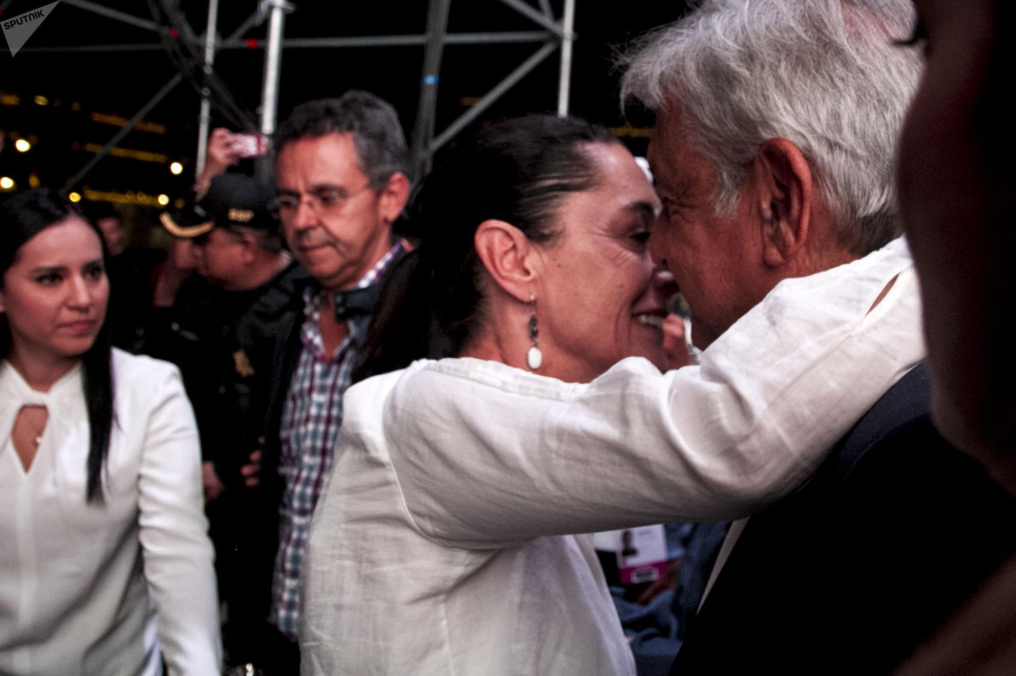 Claudia Scheinbaum y AMLO se saludan tras la victoria electoral
