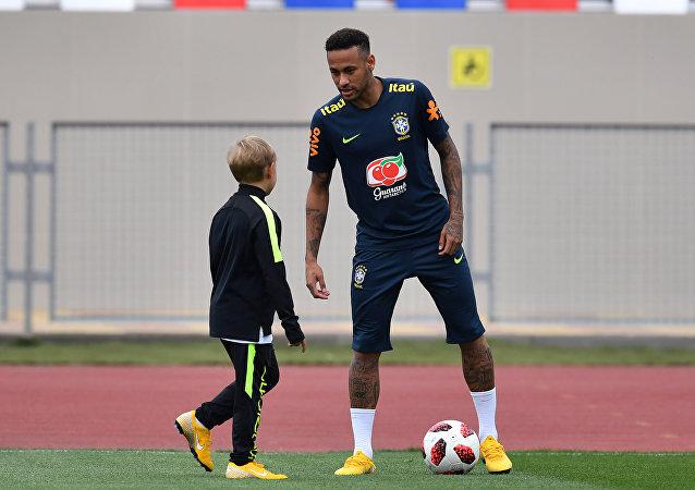 El futbolista brasileño Neymar juega con su hijo Davi Lucca