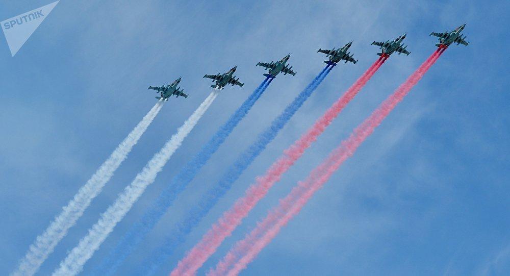 Aviones de combate Su-25 dibujan la bandera de Rusia (archivo)