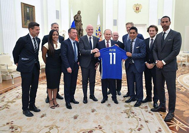 El presidente de Rusia, Vladímir Putin se reune con estrellas del fútbol