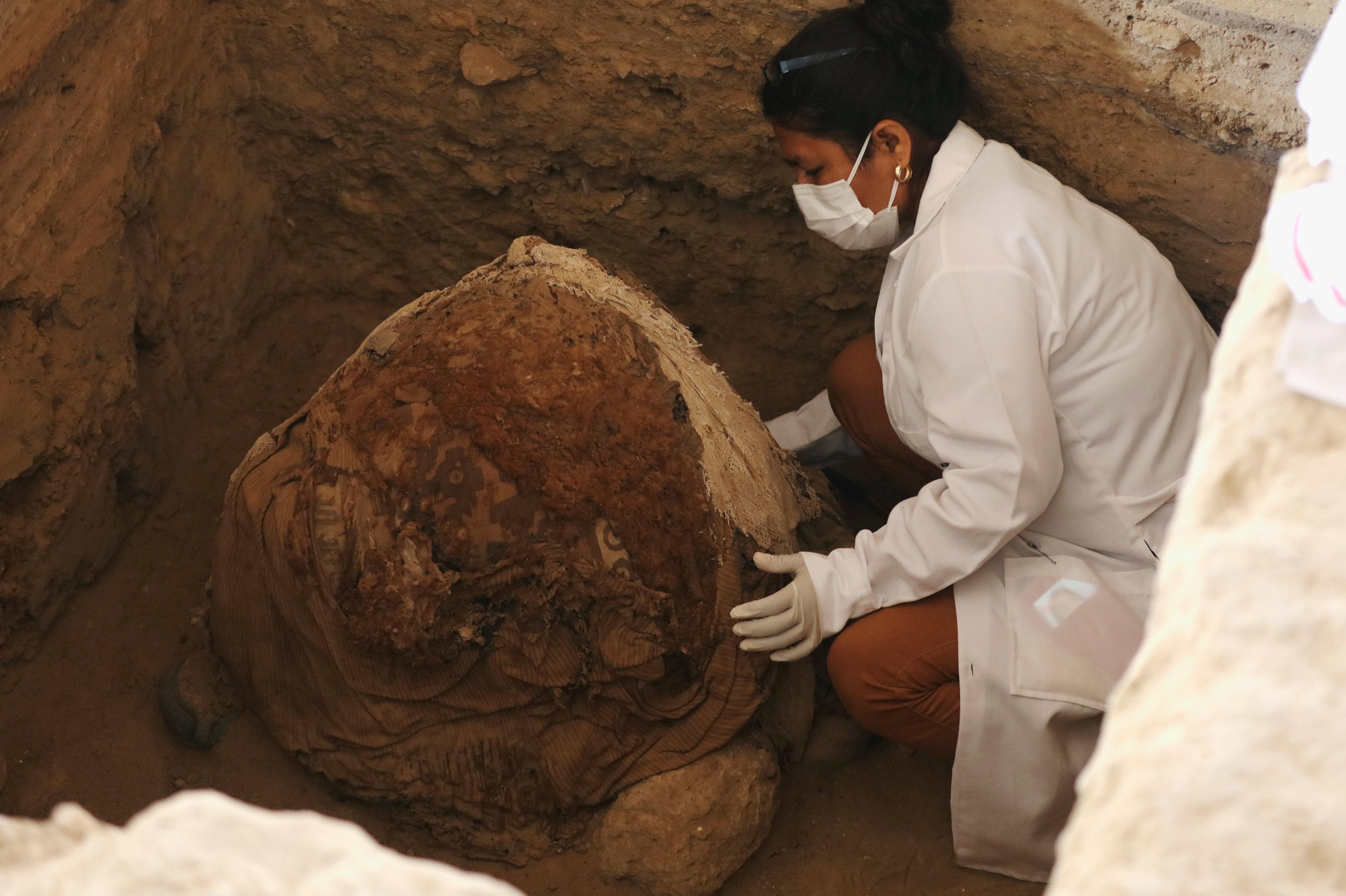 Una arqueóloga trabaja en la tumba en el complejo arquitectónico de Túcume, Perú