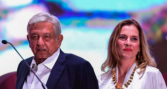 Beatriz Gutiérrez Müller y Andrés Manuel López Obrador.