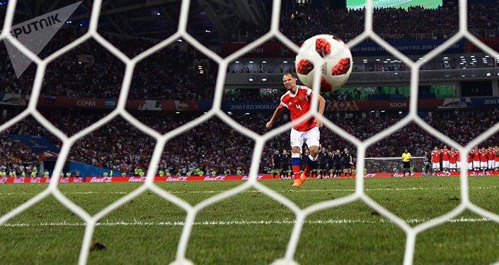 Serguei Ignashevich (Rusia) marca un gol durante un penal