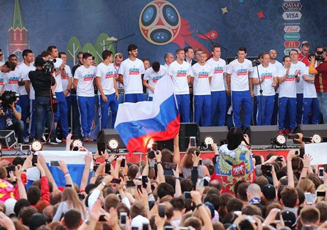 Moscú recibe la selección rusa de fútbol tras la derrota contra Croacia