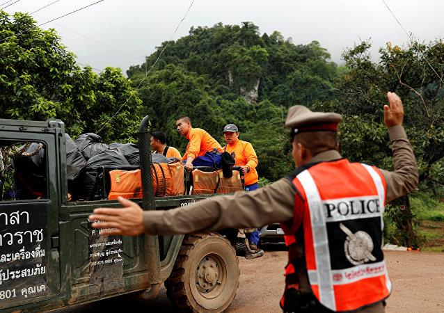 Se reanuda operación de evacuación de menores atrapados en una cueva de Tailandia
