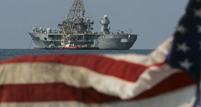Un buque de EEUU junto a la bandera (archivo)