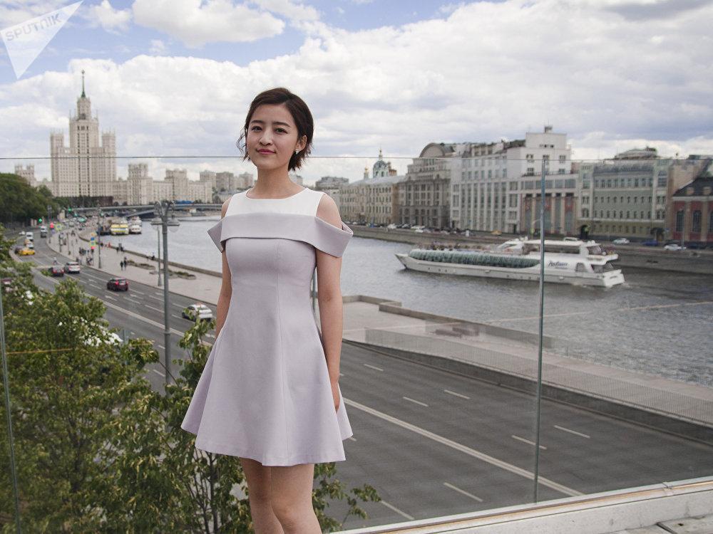 La presentadora china Yang Mimgming pasea por Moscú