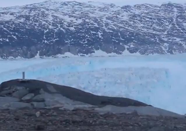 Enormes columnas de hielo se separan de un glaciar en Groenlandia
