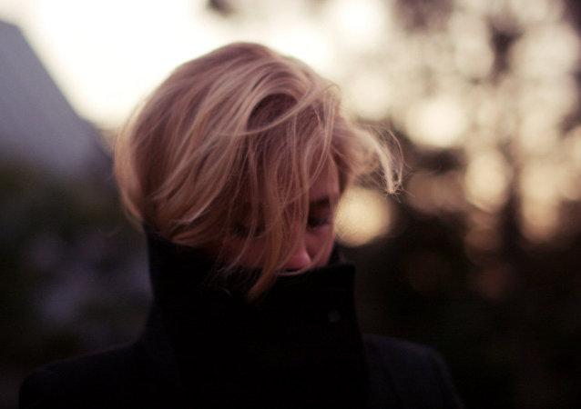 Una mujer rubia, imagen referencial