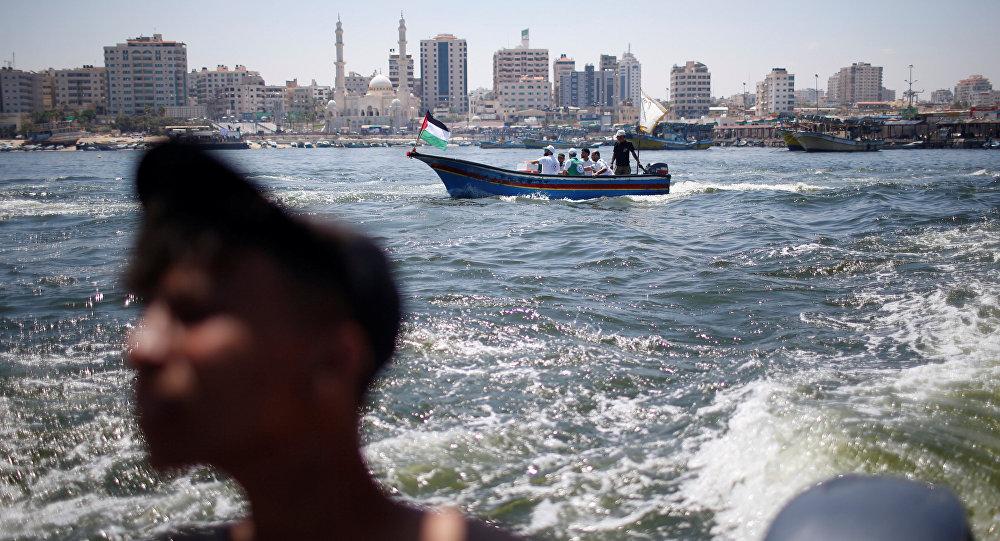 Un barco con palestinos en el mar Mediterráneo