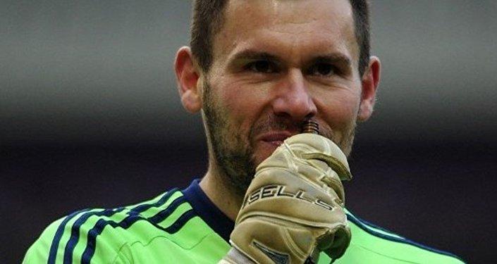 Ben Foster, portero de West Bromwich Albion, inhala solución de amoníaco durante el encuentro con Sunderland