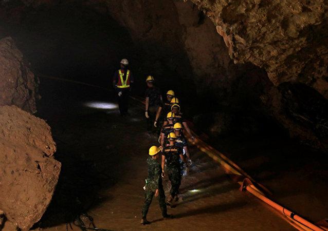 Soldados rescatistas en la cueva Tham Luang, Tailandia