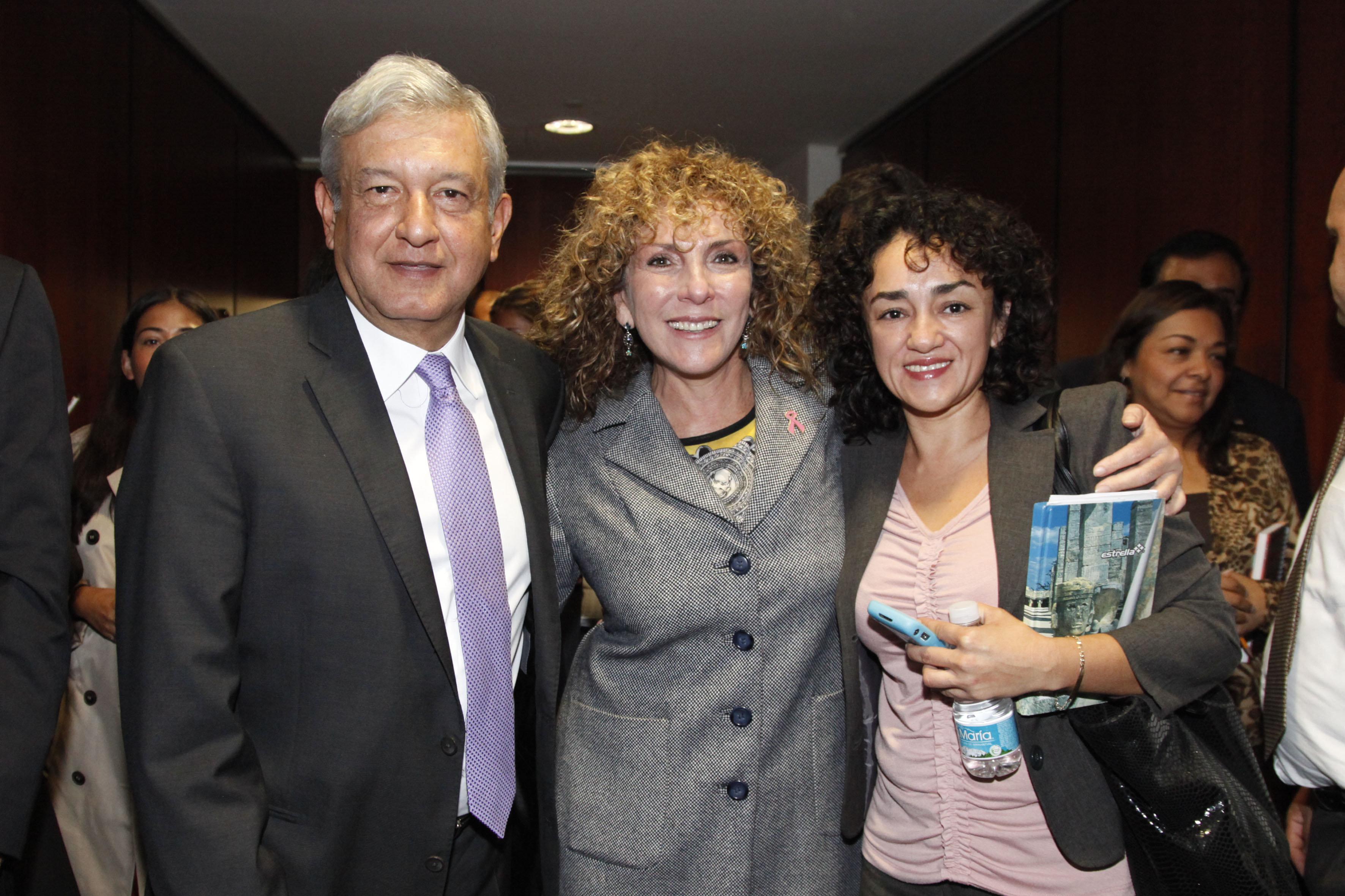 La senadora de la República de México por el estado de Quintana Roo, Luz María Beristain Navarrete (centro) con el presidente electo de México Andrés Manuel López Obrador (izq)
