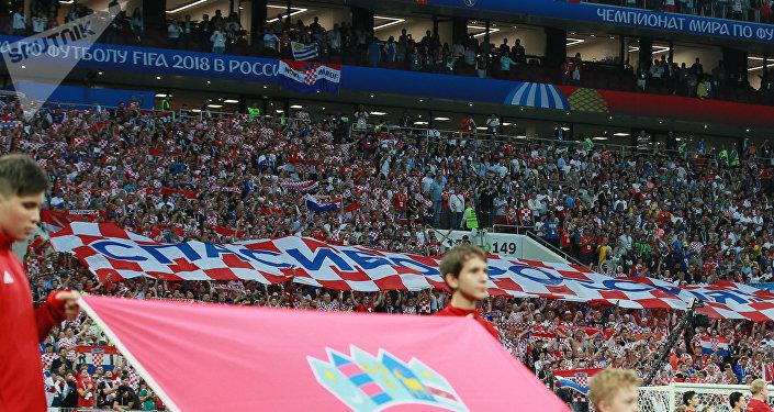 Los aficionados croatas muestran un cartel con la frase 'Gracias, Rusia'